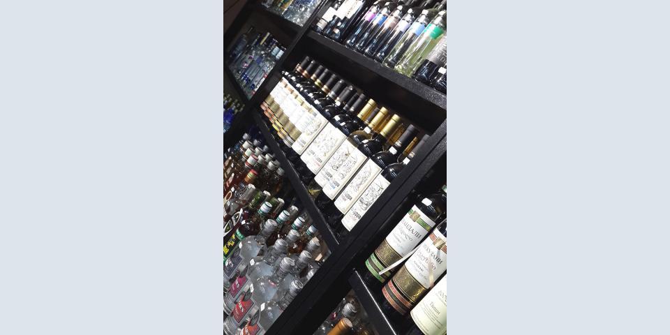 Торговое оборудование для алкогольного магазина. Стеллажи со съемными полками. Порошковая окраска.
