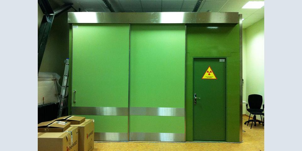 Бокс для рентгеновских исследований: металлоконструкция, порошковая окраска, обшивка свинцом.